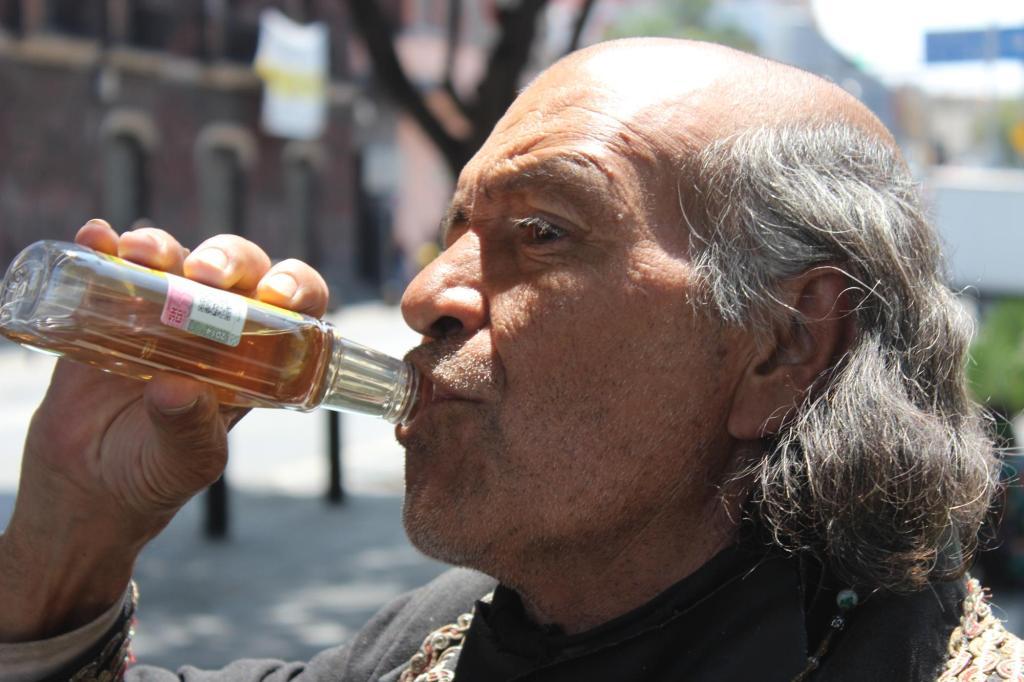th_Miguel bebiendo